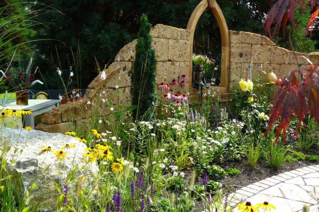 Gartenruine aus Naturstein