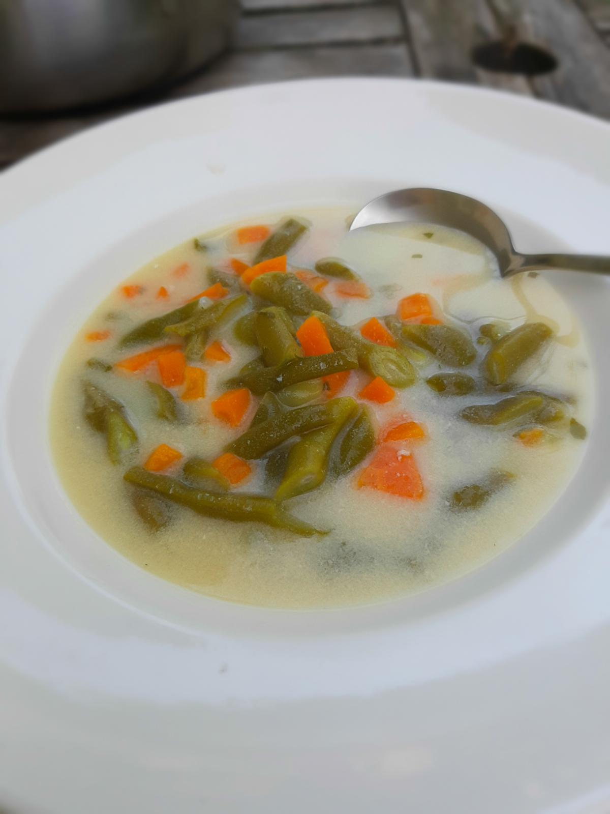 Sommerliche Bohnensuppe mit Joghurt