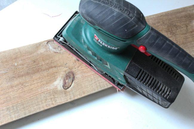 Gegal aus Brett mit Lederaufhängung