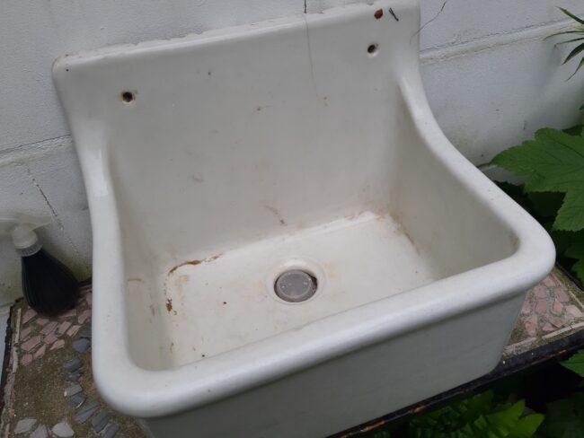 Altes Waschbecken als Miniteich